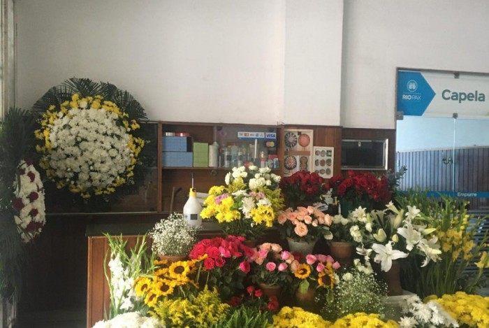 A floricultura Rosa Linda Botafogo, no Cemitério São João Batista, está entre os estabelecimentos que fazem entregas para clientes que preferem não sair de casa, mas que desejam manter a tradição do Dia de Finados