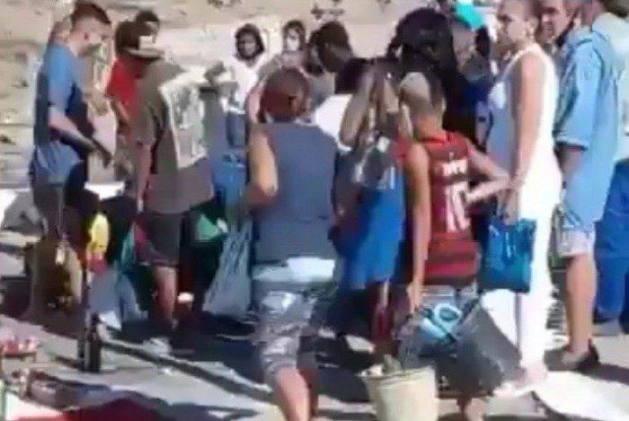 Multidão faz a festa com oferenda de R$ 15 mil em dinheiro no Cemitério de Inhaúma, na Zona Norte do Rio