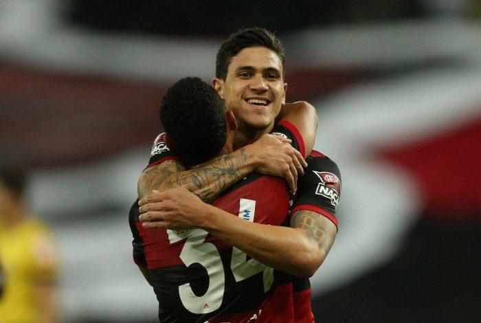 Pedro festeja o gol que abriu o placar no Maracanã diante do Athletico