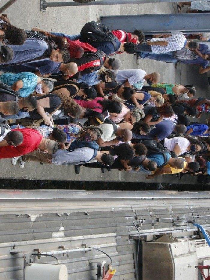 Geral - SuperVia reduz circulaçao de trens e passageiros reclamaram do serviço oferecido pela concessionaria e contaram que antes da mudança as composiçoes já vinham lotadas - na foto, Estaçao Gramacho, baixada fluminense.