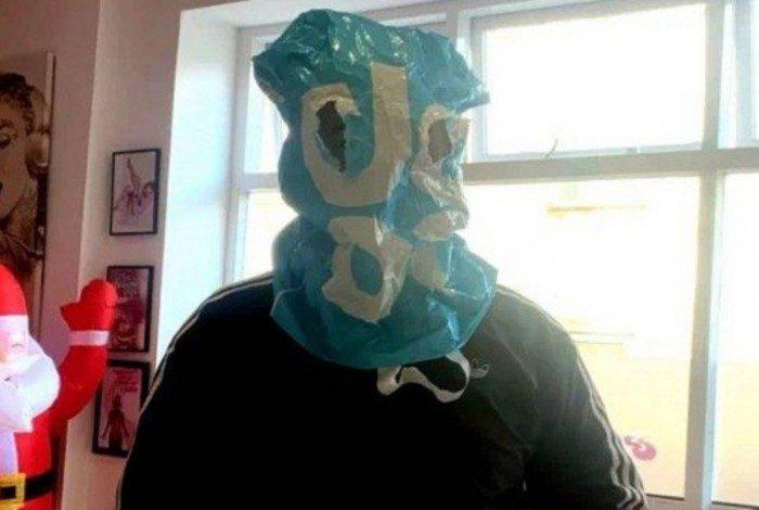 Cliente sem máscara usa saco plástico para entrar em lanchonete