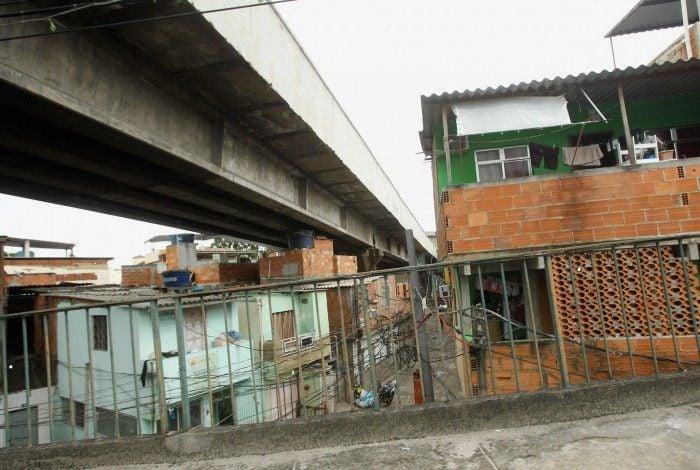 Cidade - Construções irregulares sob estruturas do Metrô e viadutos. Na foto, Casas em triagem.