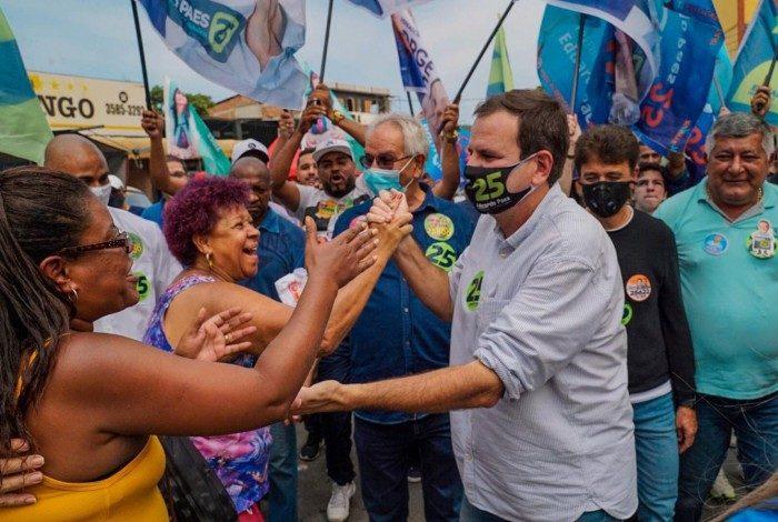 Eduardo Paes caminha pelas ruas de Padre Miguel com Romário e Bebeto