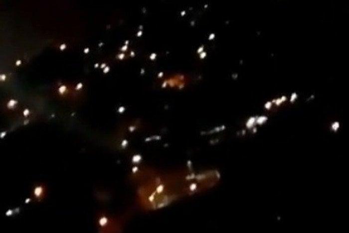 Morador mostra tiroteio na noite deste sábado no Complexo do Salgueiro, em São Gonçalo