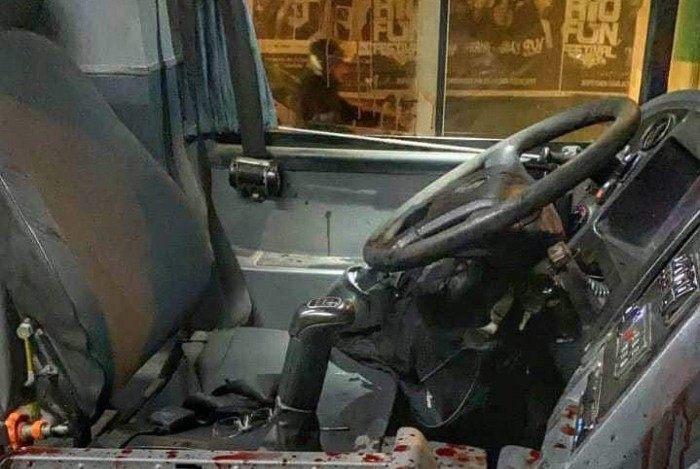 Marcas de sangue ficaram espalhadas no assento do motorista, volante e painel do ônibus