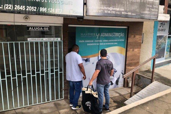 Policiais realizam 12 mandados de busca e apreensão em operação contra fraudes na área de Saúde em Arraial do Cabo