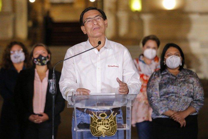 Vizcarra reuniu seus ministros para pronunciamento na noite de segunda-feira (9)