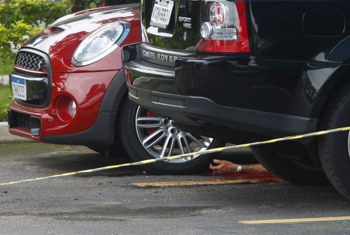 Corpo de Fernando Iggnácio caído entre os carros no estacionamento de heliporto