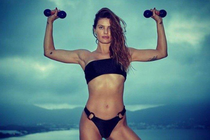 Isabeli Fontana treina de biquíni e posta mensagem motivacional