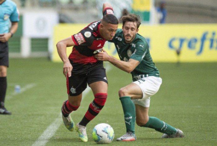 Guilherme Bala em ação pelo time profissional do Flamengo contra o Palmeiras