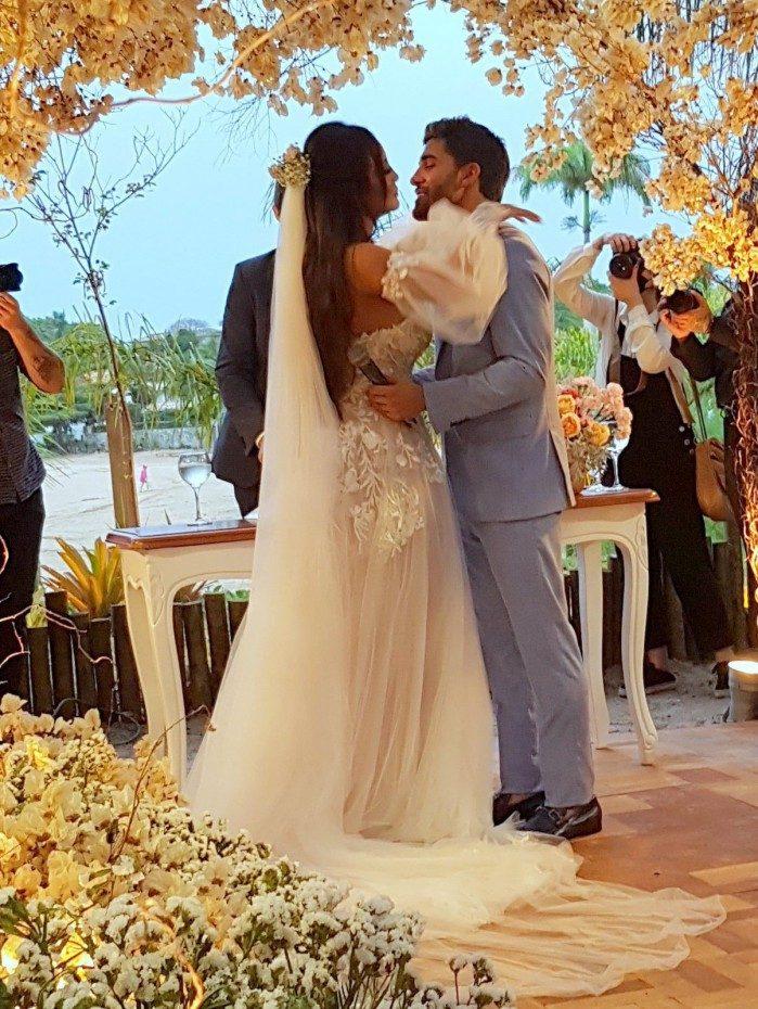 Carol Nakamura e Guilherme Leonel se casam em Búzios