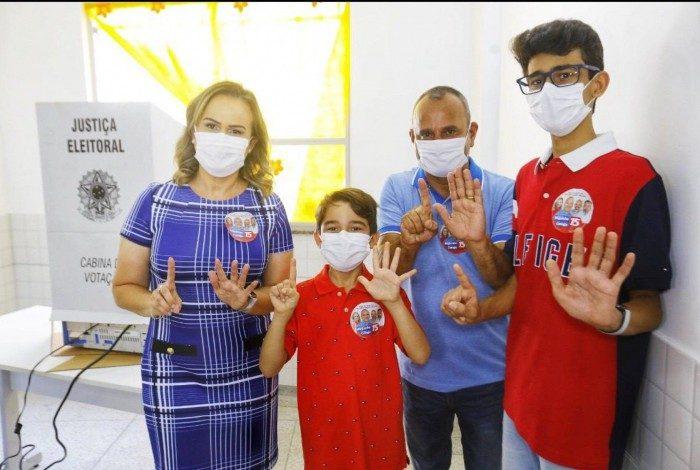 Waguinho, ao lado da esposa e deputada Daniela do Waguinho, e de seus dois filhos após a votação