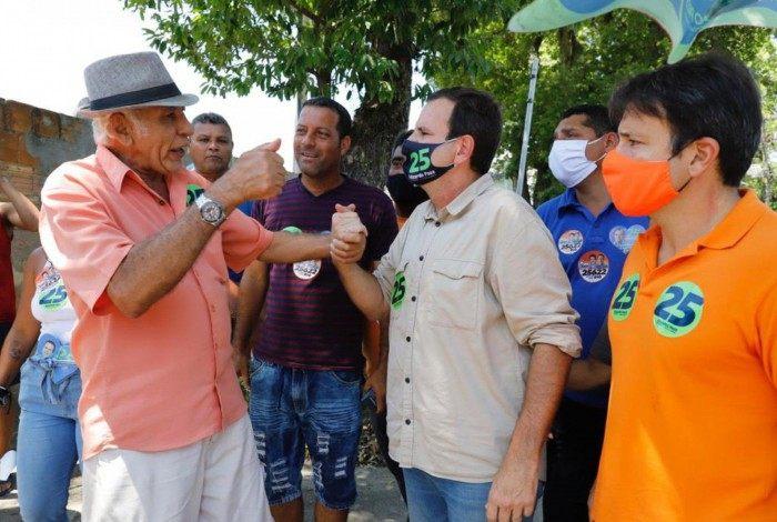 Eduardo Paes caminhou pelo Retiro dos Motoristas, em Guaratiba