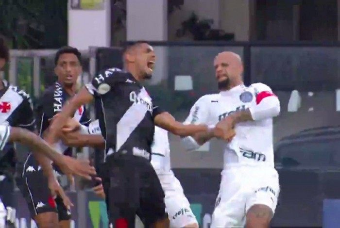 Felipe Melo dando uma chave de braço em Léo Matos
