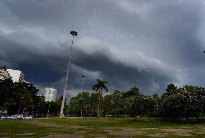 Terça-feira com chuva e vento fortes acompanhados de raios no período da manhã