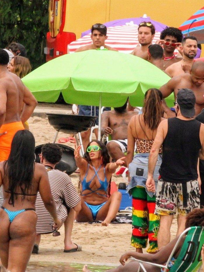 Anitta grava clipe de biquíni no piscinão de Ramos - Fotos