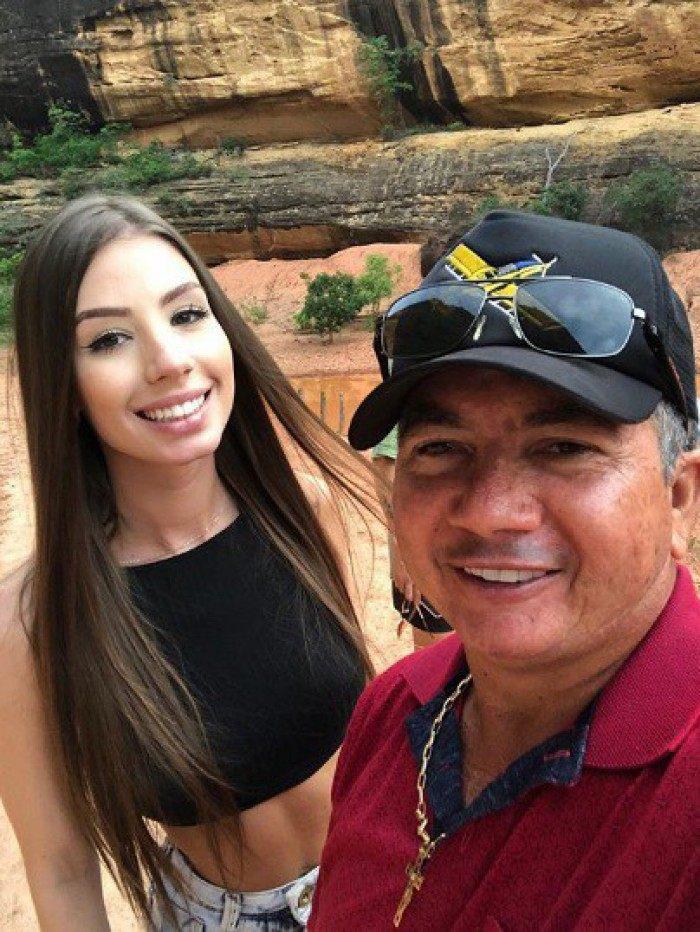 Pai de Whindersson posta foto com a nova namorada do filho