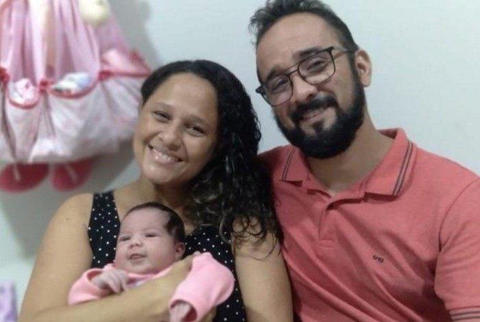 Elaine e Bruno posam com a pequena Sarah Beatriz