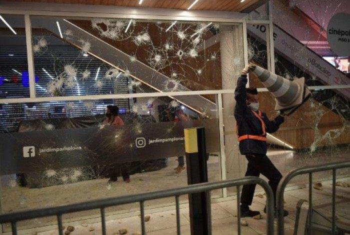 Manifestante depreda Carrefour em SP
