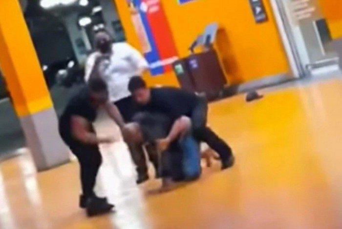 Cenas do vídeo no momento que João Alberto, negro, é espancado e assassinado por asfixia por seguranças (brancos) do Carrefour em Porto Alegre