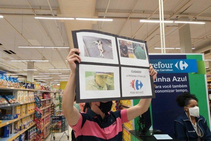 Manifestantes da Barra da Tijuca usam cartazes para protestar contra morte de homem negro em um supermercado Carrefour de Porto Alegre
