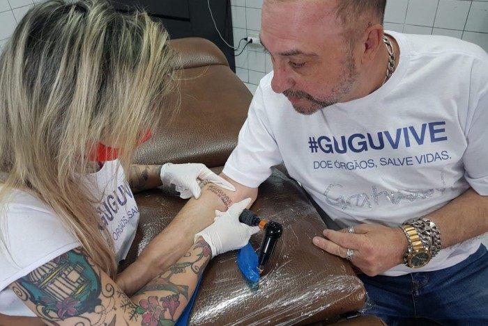 Diretor Goibainha tatua nome de campanha que homenageia Gugu Liberato