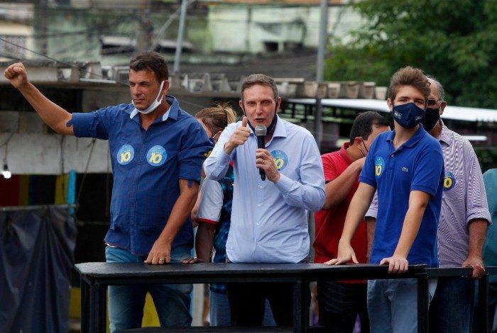 Crivella em campanha, neste sábado, na Praça Seca e em Acari