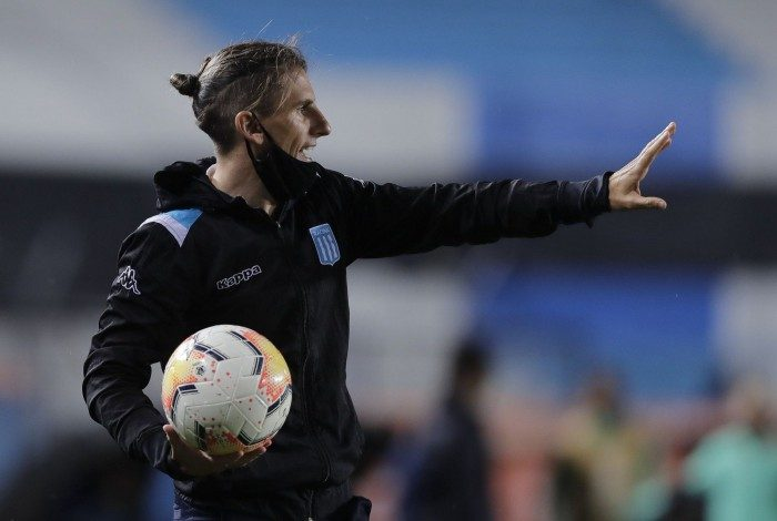 Argentina's Racing Club coach Sebastian Beccacece gestures during the closed-door Copa Libertadores round before the quarterfinals football match against Brazil's Flamengo at the Presidente Peron stadium in Avellaneda, Buenos Aires Province, Argentina, on November 24, 2020. (Photo by Juan Ignacio RONCORONI / POOL / AFP)