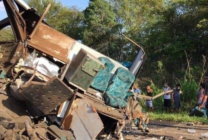 Veículos ficaram destruídos na colisão, que aconteceu na região de Itupeva, a 73 quilômetros da cidade de São Paulo