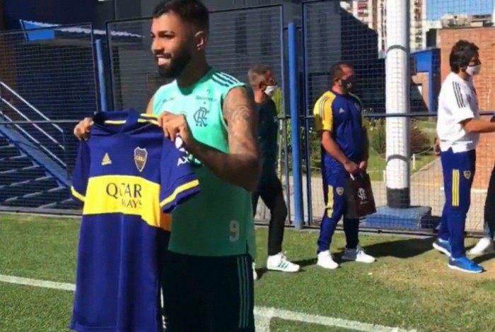 Gabigol foi presenteado com camisa do Boca em passagem pela Argentina