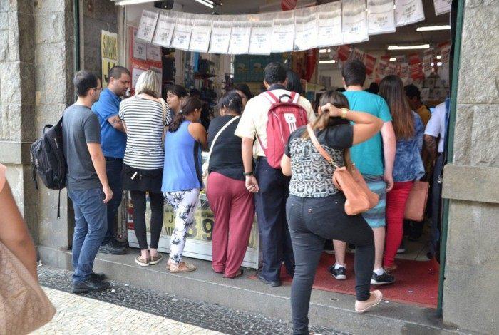 Consumidores se aglomeram em frente a lojas durante a promoção anual do comércio