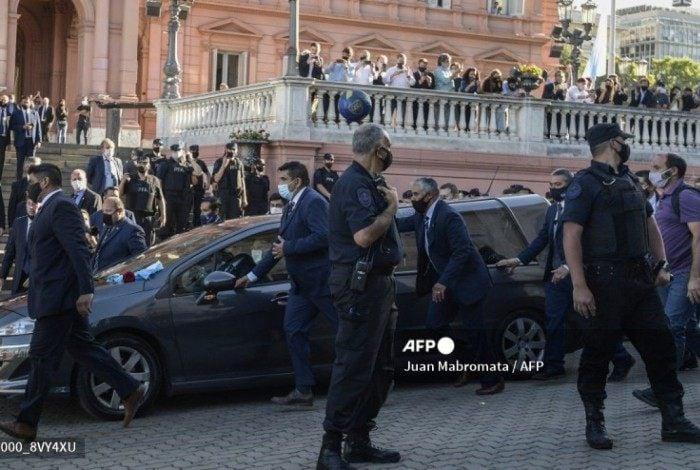 Carro com o corpo de Diego Maradona deixa a Casa Rosada