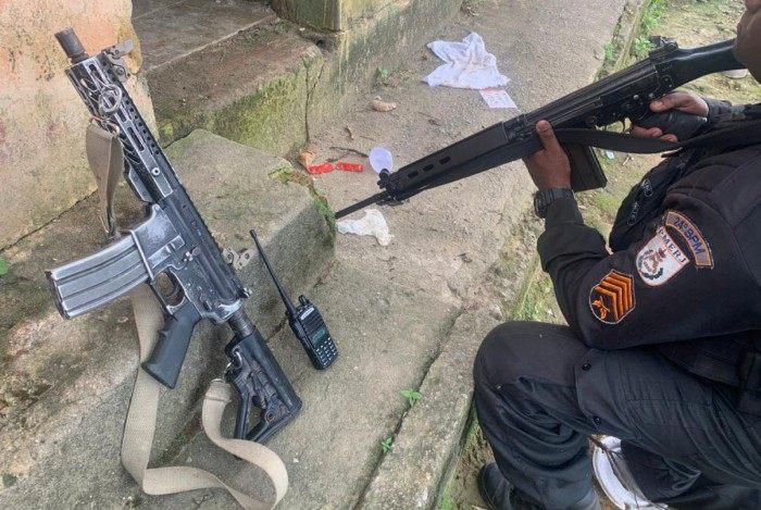 Fuzil e rádio apreendidos em Japeri