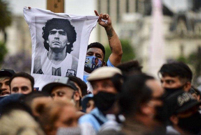 Velório de Maradona na Casa Rosada, sede do governo argentino, reúne dezenas de milhares de fãs