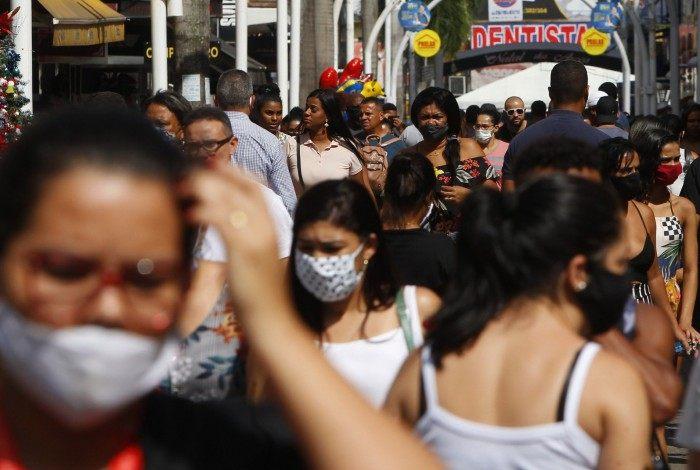 Aglomeração nas ruas do Rio de Janeiro em meio à pandemia
