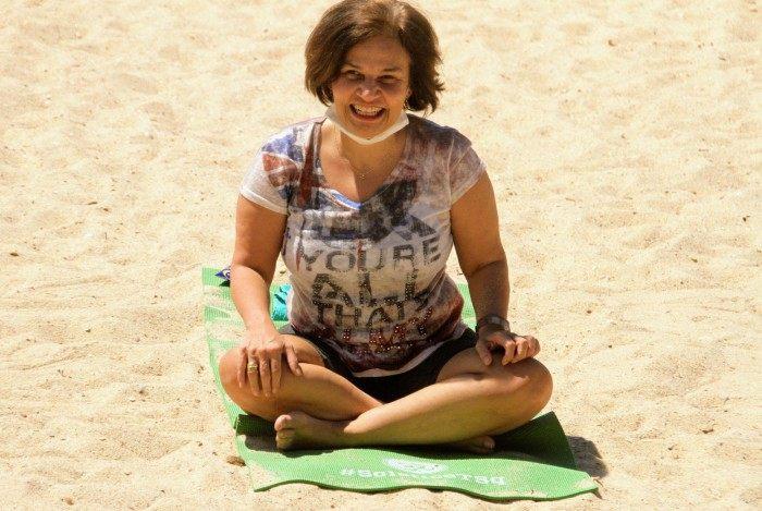Claudia Rodrigues faz exercícios em praia da Zona Sul do Rio