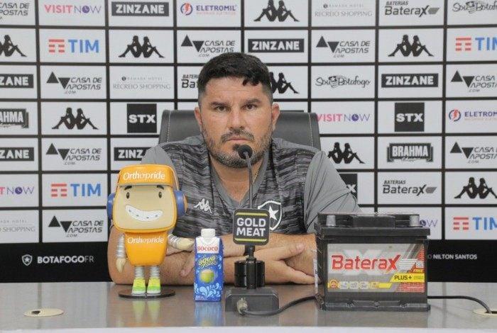 Diagnosticado com covid-19, Eduardo Barroca teve a reestreia pelo Botafogo adiada