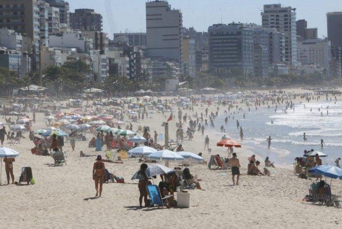 Praia de Ipanema lotada em dias de muito calor, mesmo antes da chegada do verão