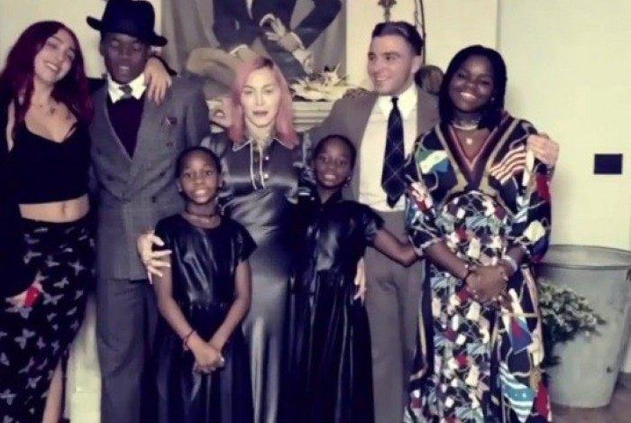 Madonna ao lado dos seis filhos