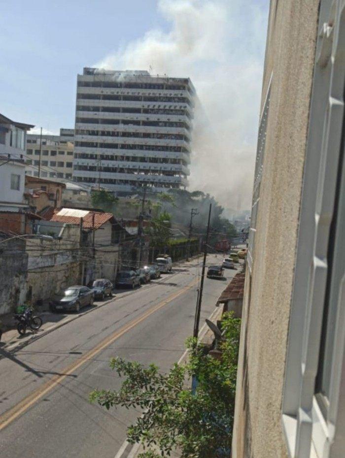 Antigo prédio da Universidade Gama Filho pega fogo na Zona Norte