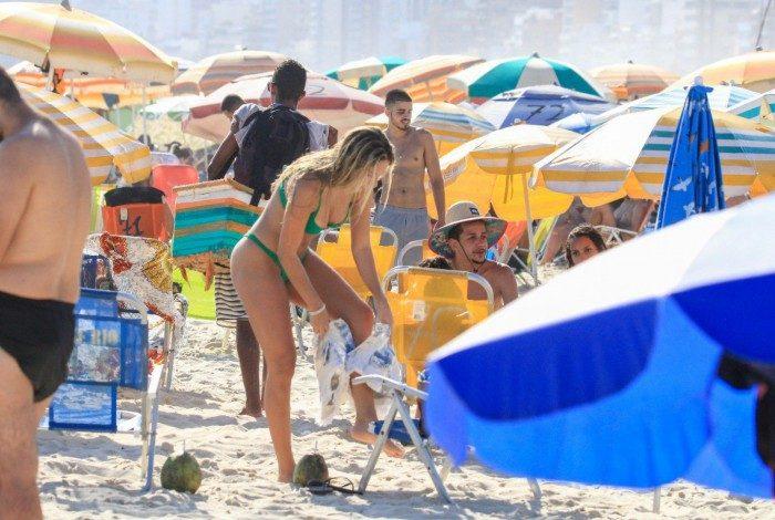 Carol Portaluppi na Praia da Ipanema, na Zona Sul do Rio, na tarde desta segunda-feira