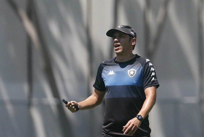 Lucio Flavio comanda o Botafogo na ausência de Barroca