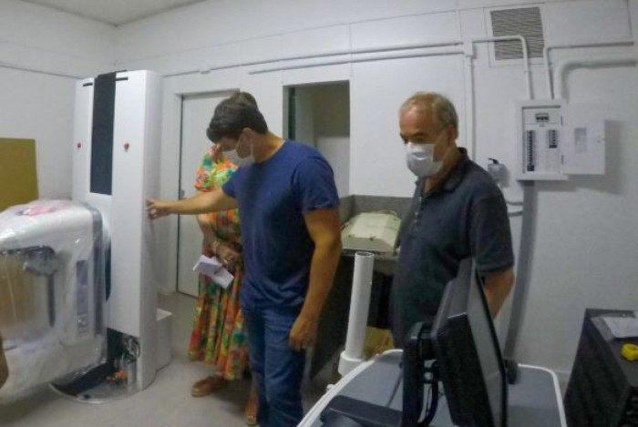 Prefeito Bernardo Rossi e vice Baninho inspecionam trabalho de montagem de novo mamógrafo