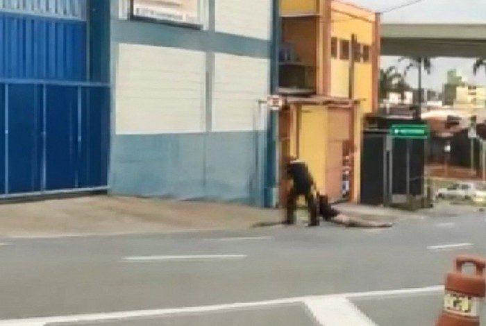 Homem é arrastado pela rua por segurança em frente à Rodoviária de Campinas