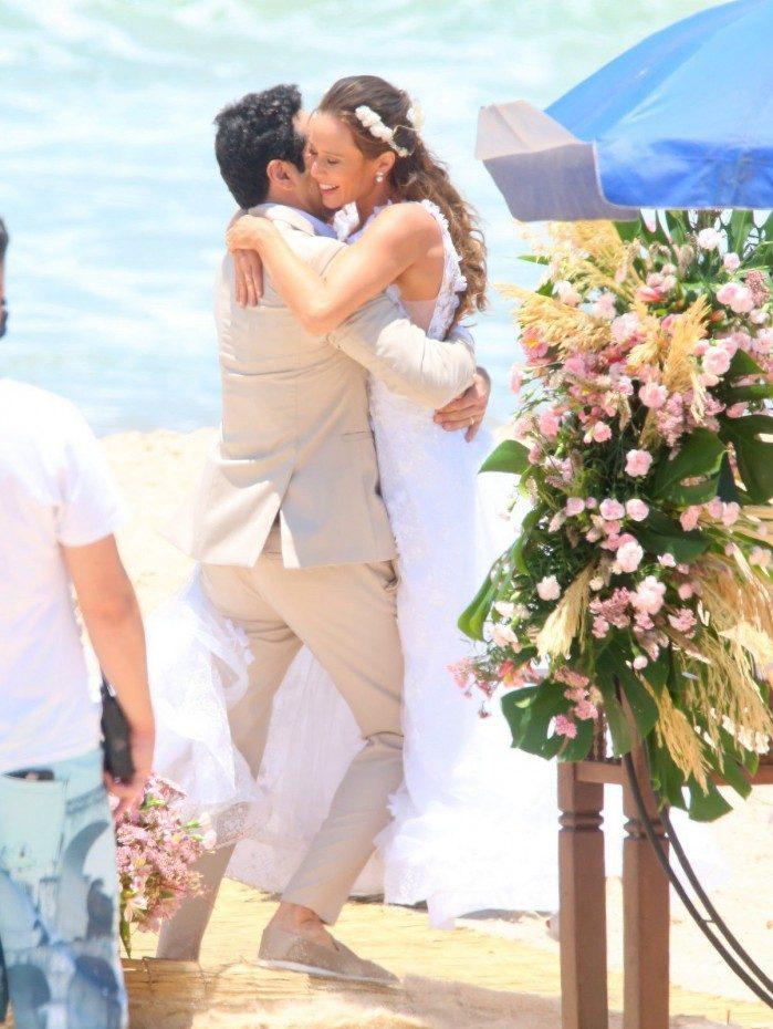 Mariana Ximenes e João Baldasserini  gravam cenas de casamento em praia no Rio