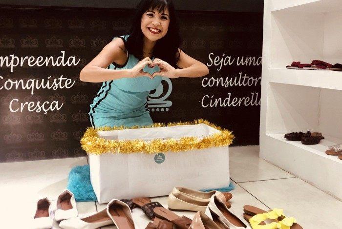 A primeira doação foi feita pela própria empresária: 15 pares de sapatos femininos