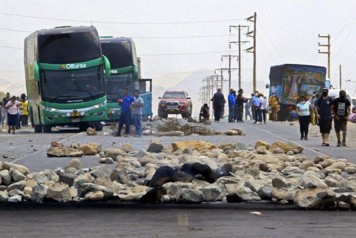 Trabalhadores fecharam estradas importantes no Peru, paralisando veículos de transporte de mercadorias e de passageiros, em manifestações por demandas trabalhistas