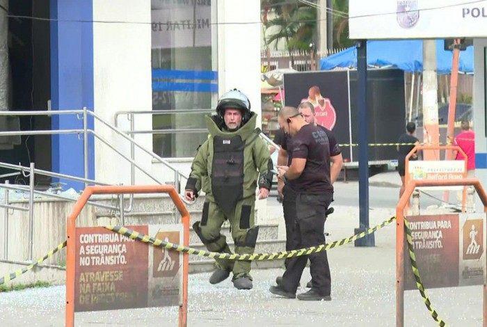 Agente do esquadrão antibomba trabalha para localizar explosivo na agência bancária em Belford Roxo