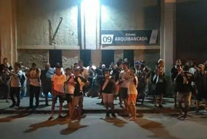 Torcedores do Vasco fazem protesto