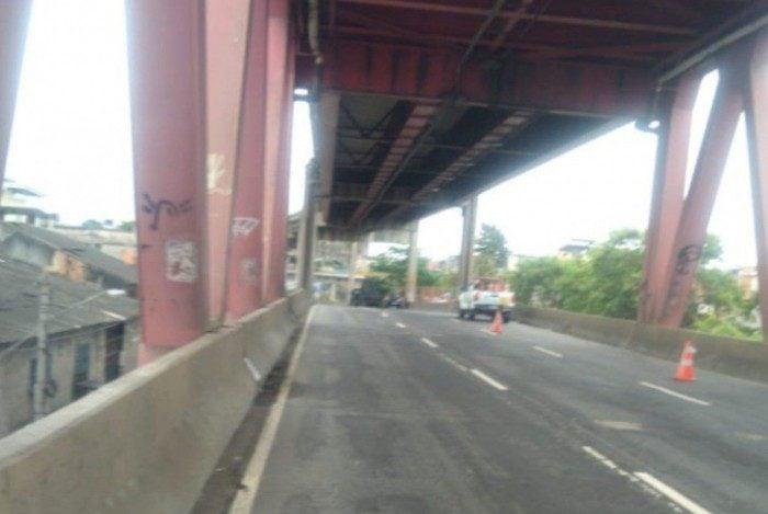 A Linha Vermelha chegou a ser fechada nos dois sentidos por conta do confronto entre a polícia e bandidos na altura do Caju